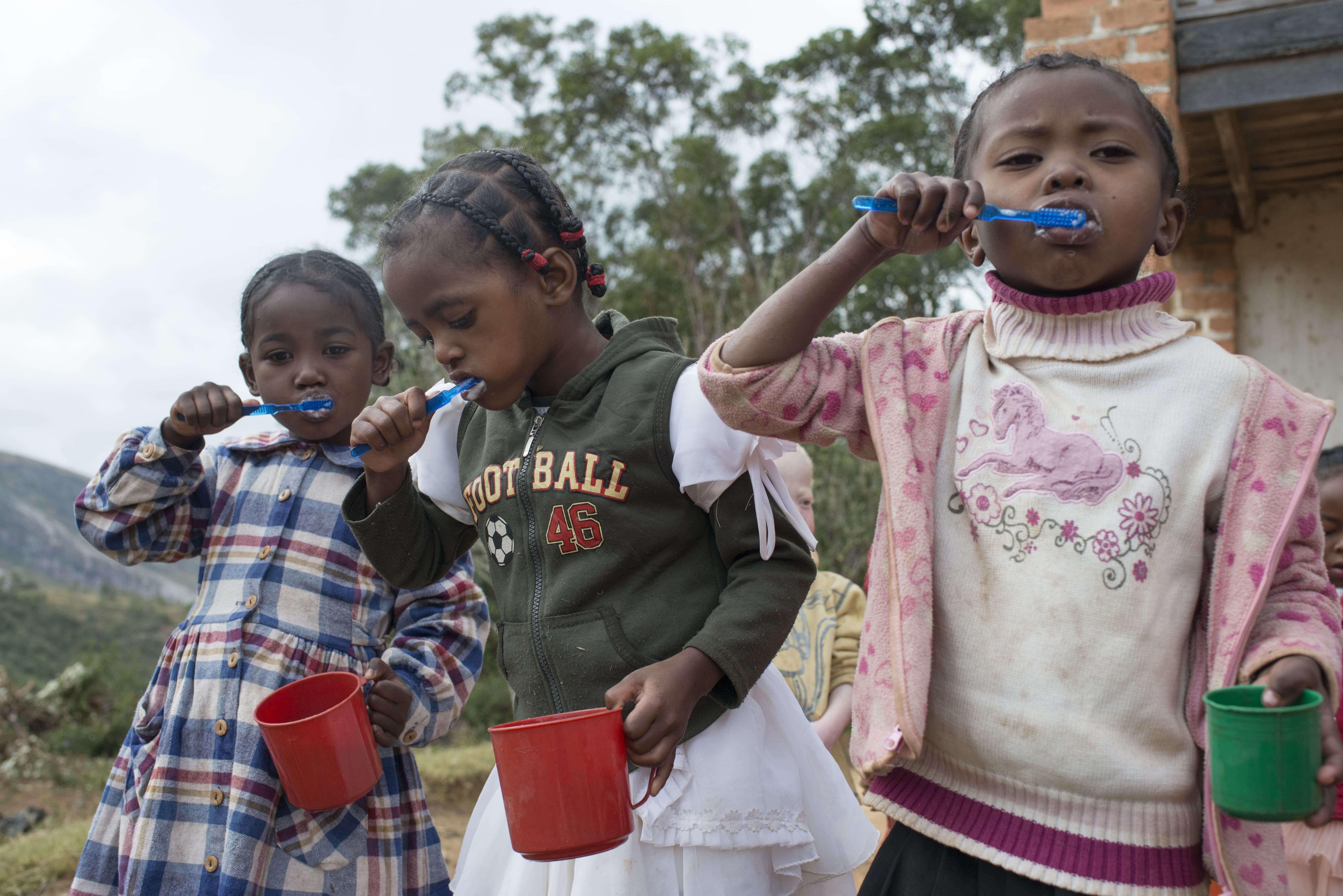 enfants se lavant les dents