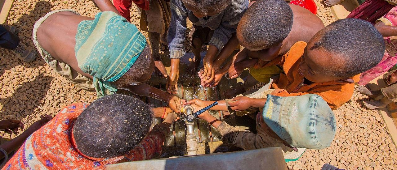 enfants se lavant les mains à la nouvelle borne fontaine