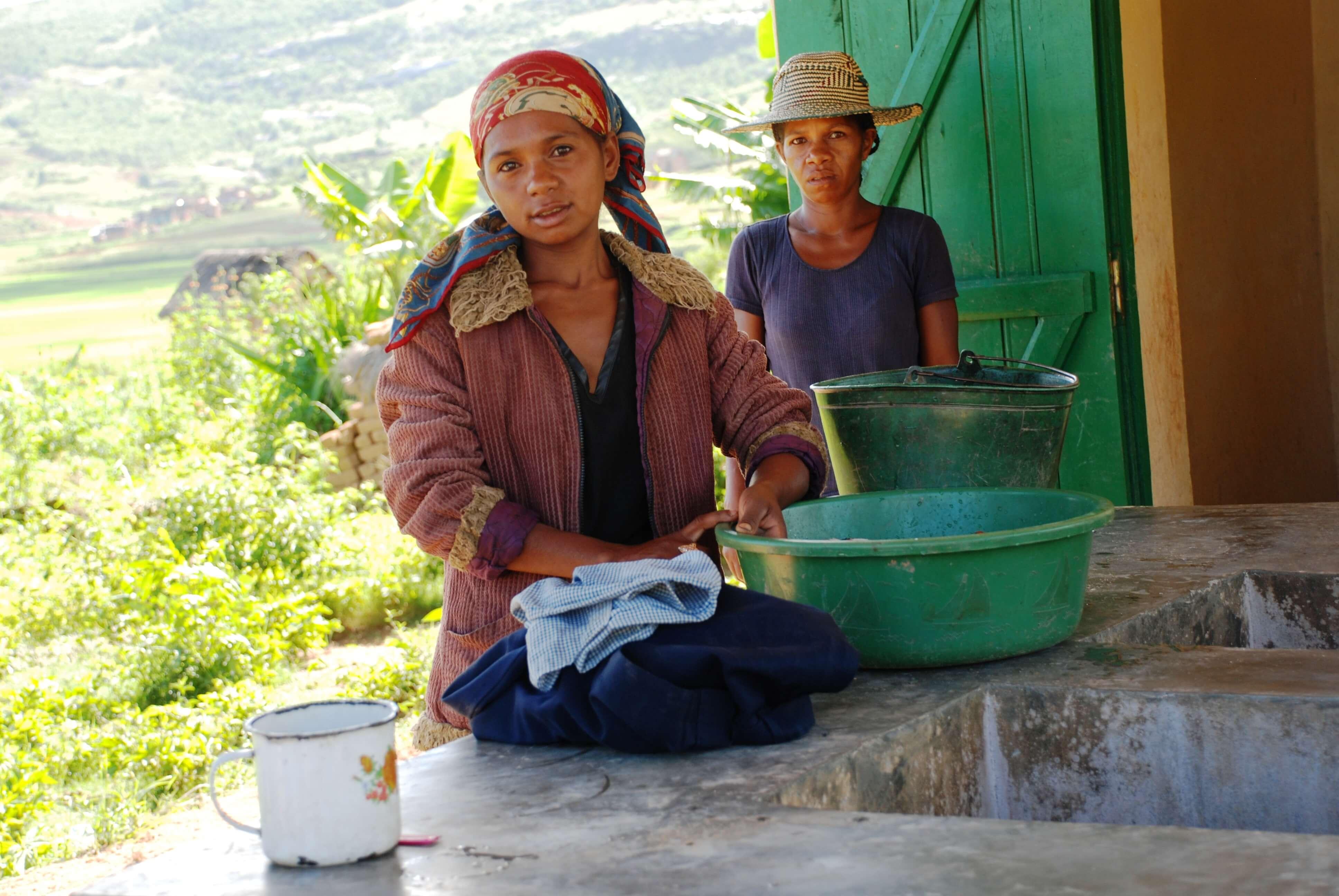 jeune fille faisant la lessive dans le nouveau lavoir