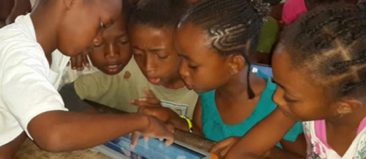 Enfants autour d'un tablette