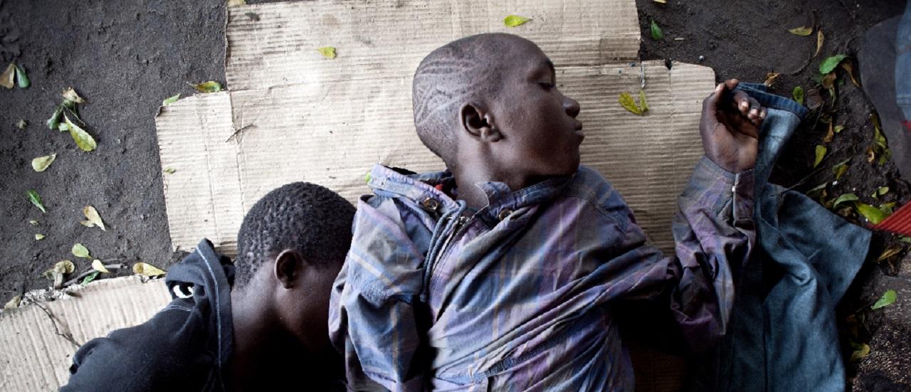 enfants des rues dormant sur un carton