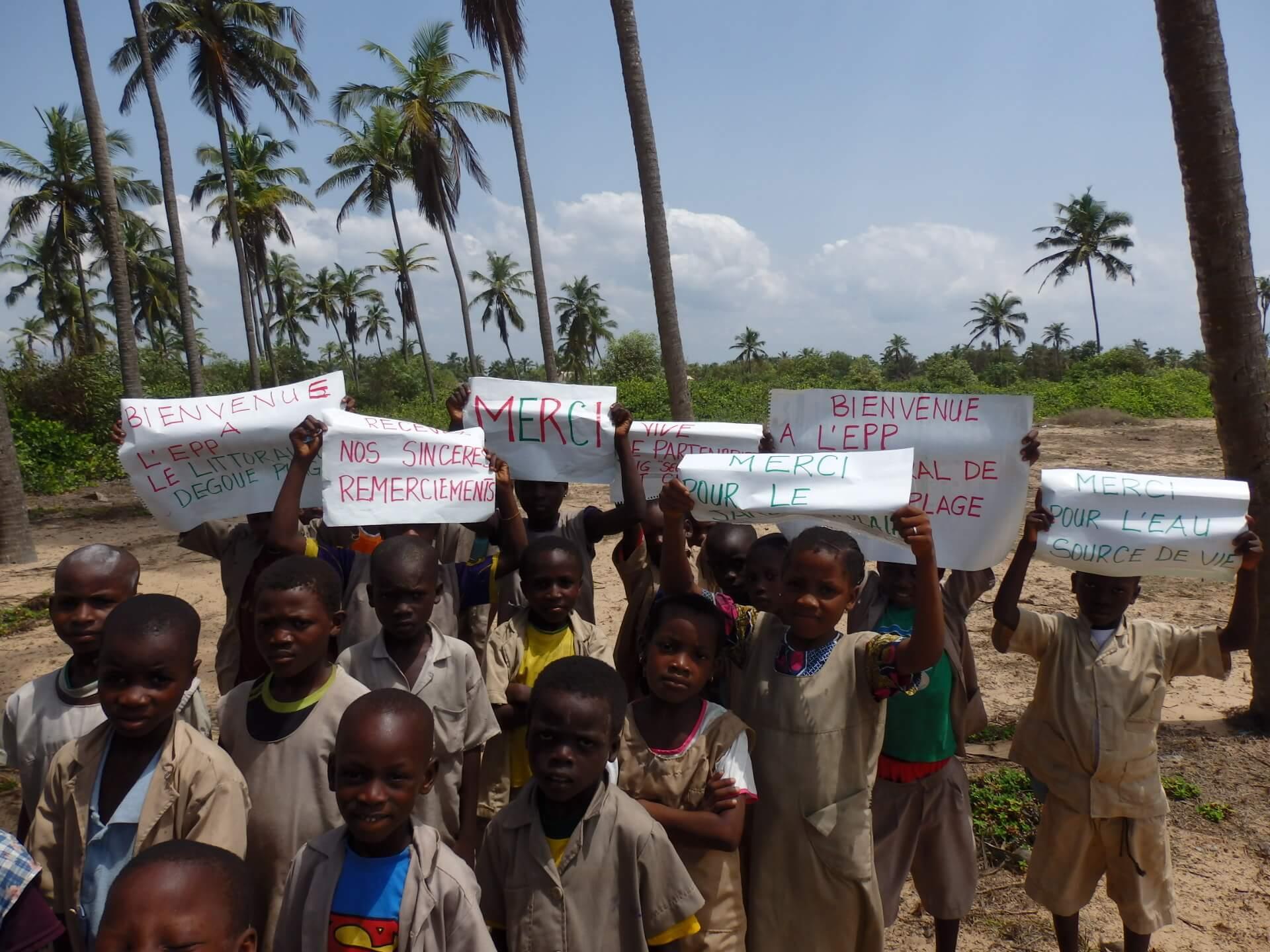 Enfant au bénin tenant pancartes de remerciement