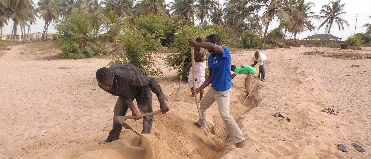Hommes creusant tranché pour accès à l'eau