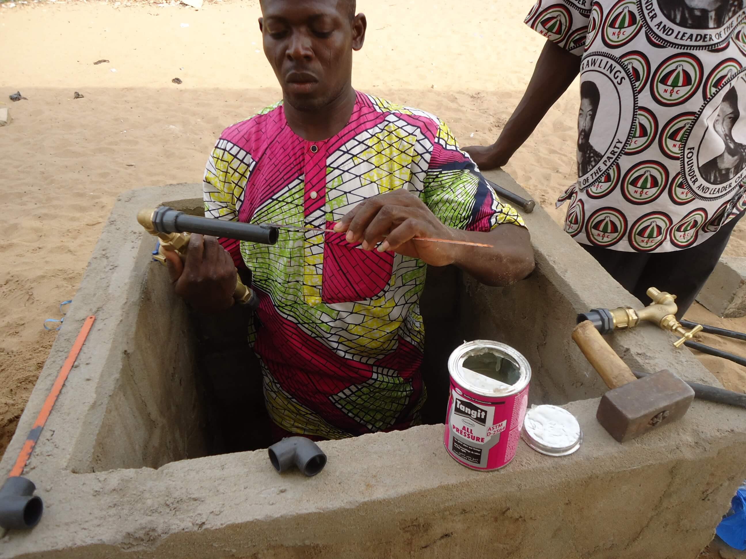 Homme construisant puits pour accès à l'eau