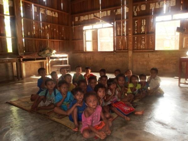 enfants dans l'école à démolir