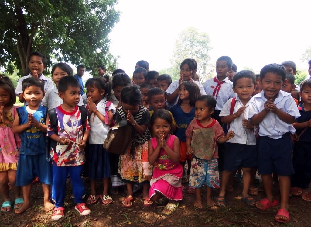 enfants de l'école primaire dans le jardin
