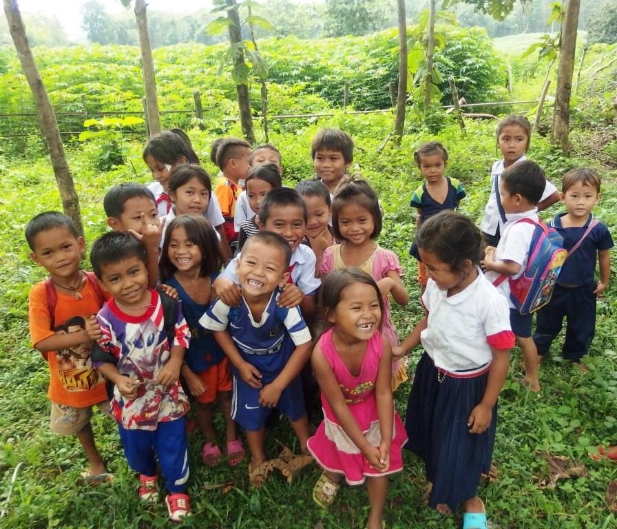 enfants de l'association dans le jardin au laos