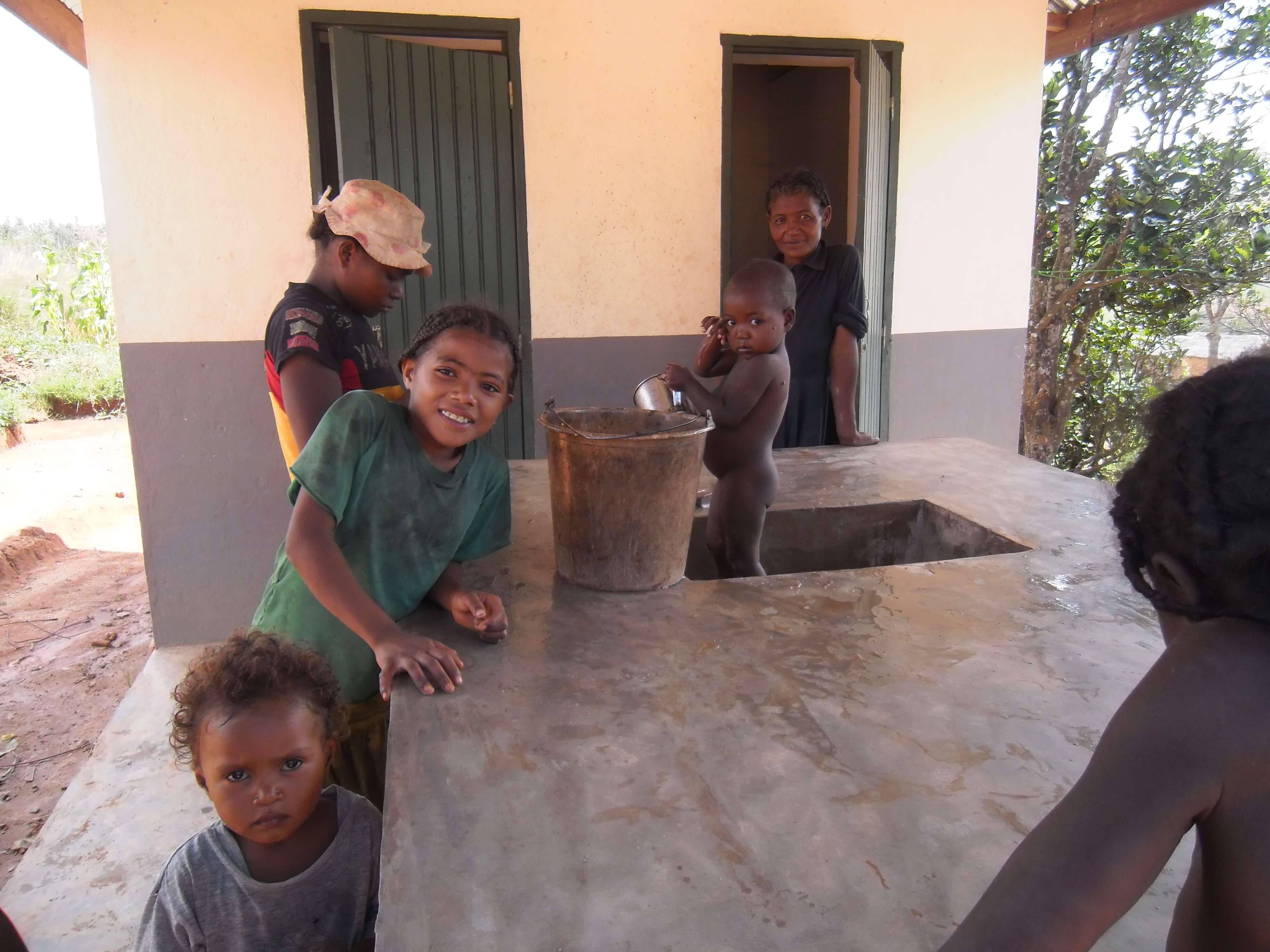 enfants profitant du nouveau lavoir