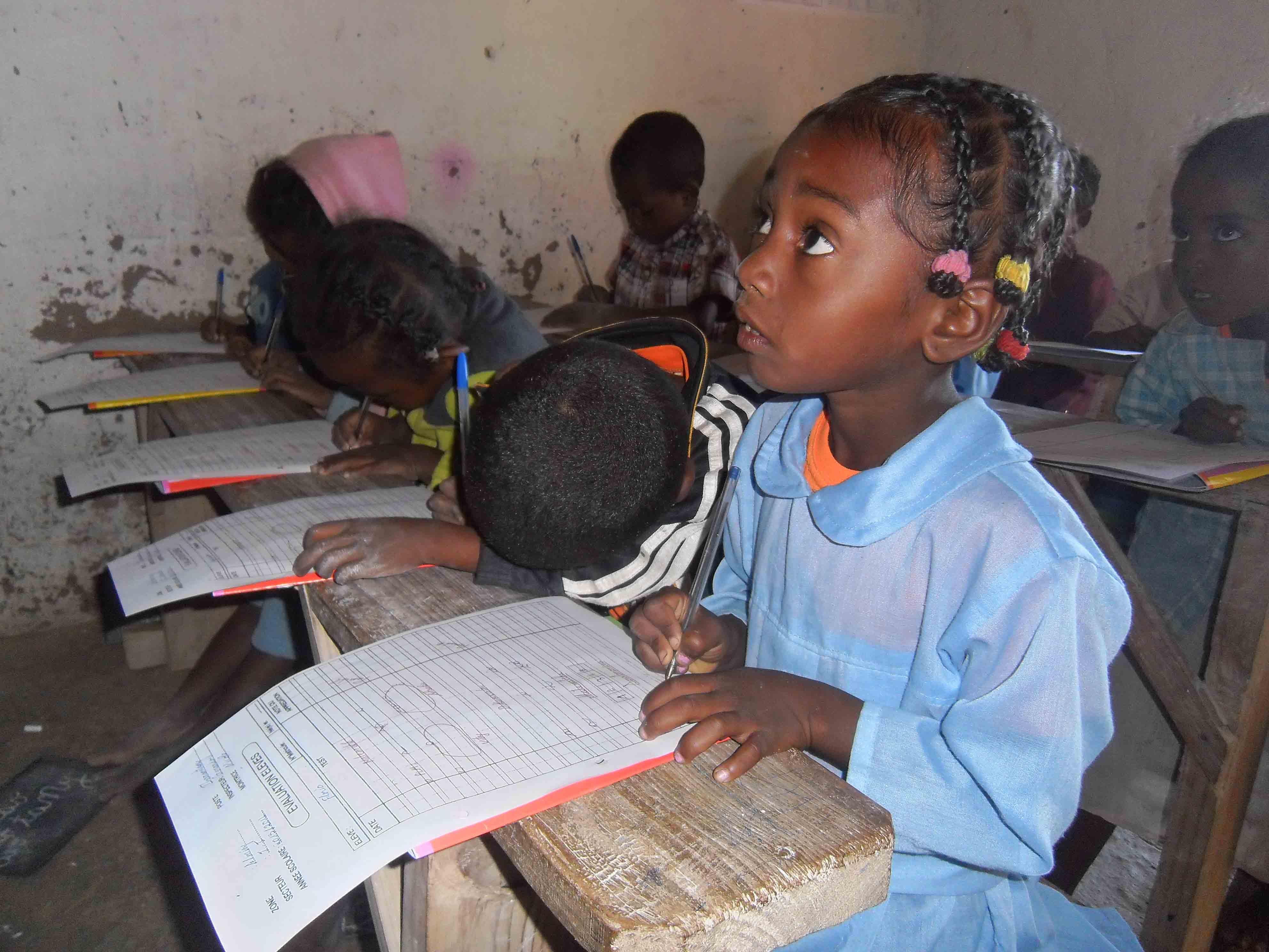 enfants dans la classe prennant des notes