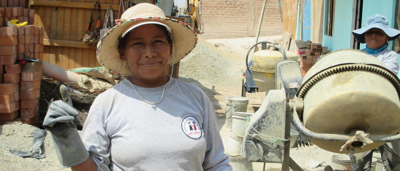 femme pouce levé devant construction