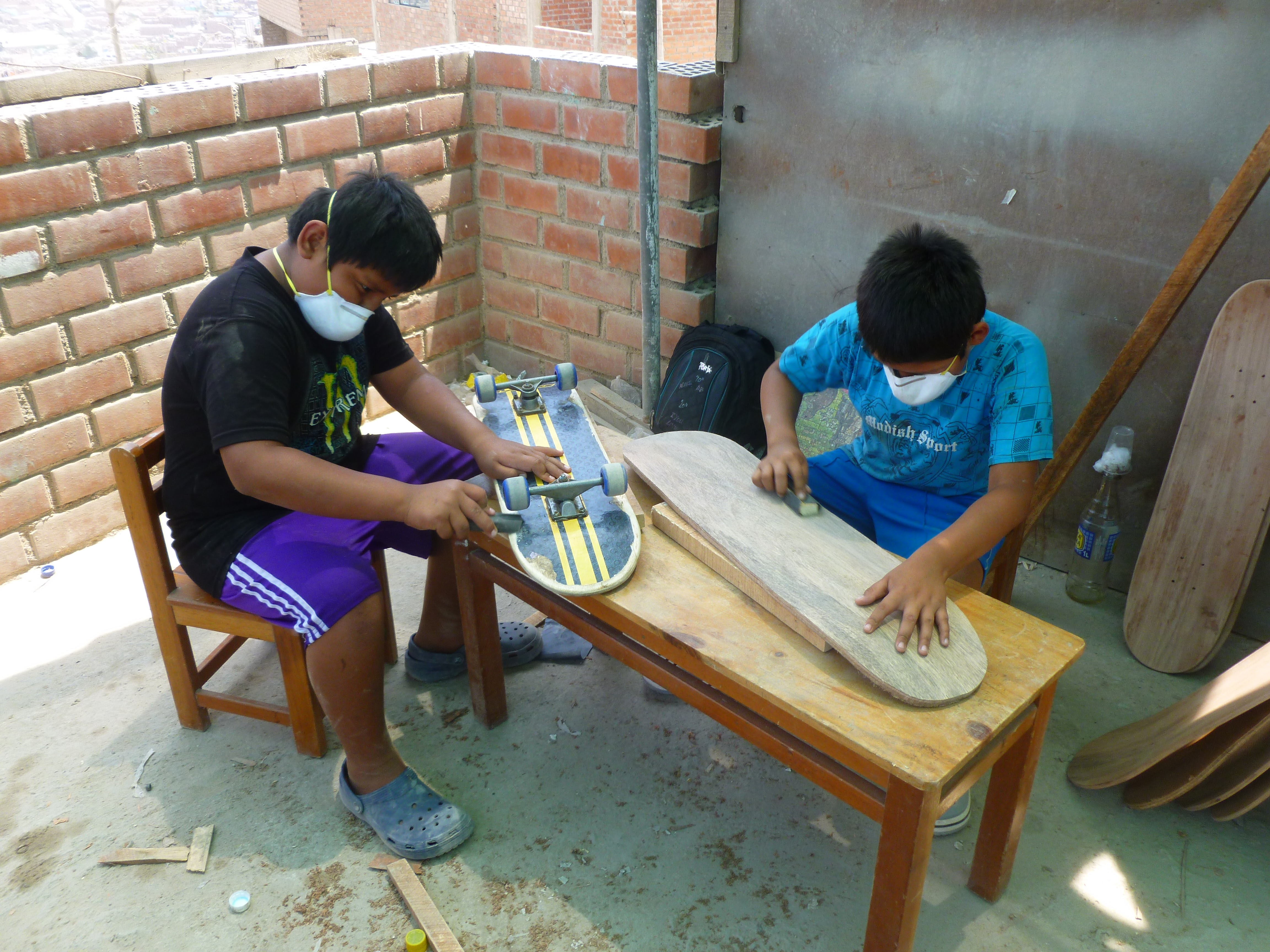 enfants construisant leurs skates